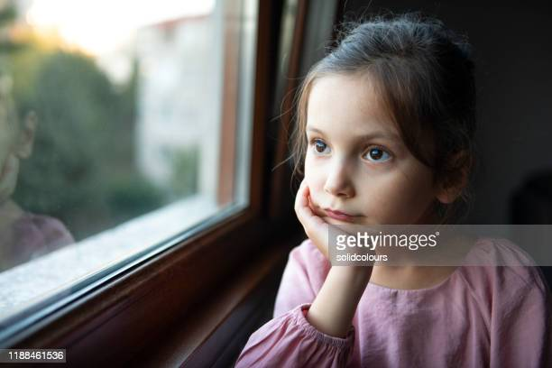 見て - 少女一人 ストックフォトと画像