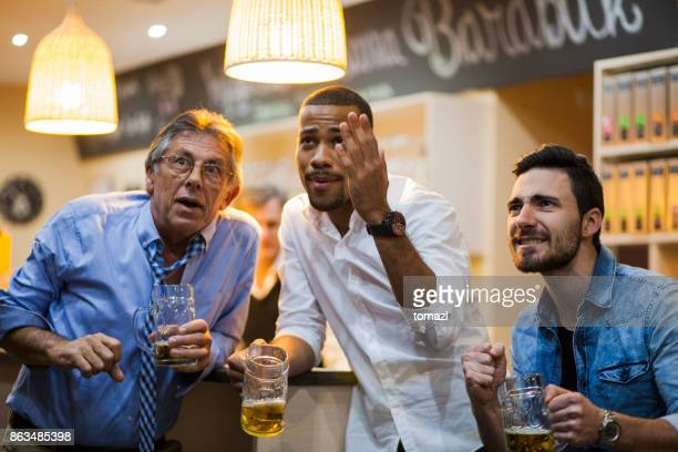Viendo partido de soocer en un bar