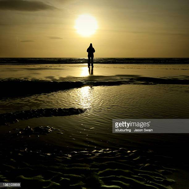 watching sunset at compton bay - s0ulsurfing stock pictures, royalty-free photos & images