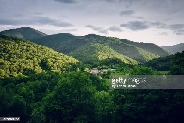 watching the sun setting vallée de la bellongue - アリエージュ ストックフォトと画像