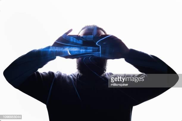 assistindo o túnel com óculos vr - 2019 - fotografias e filmes do acervo