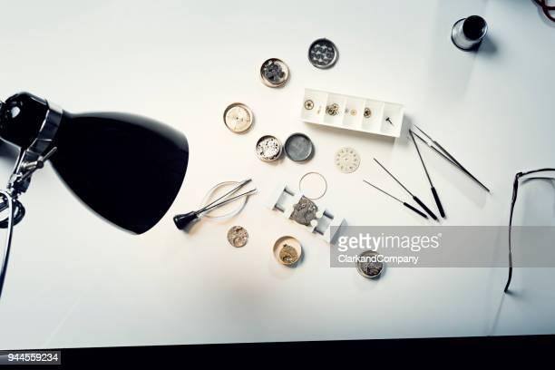 Uhrmacher Schreibtisch Draufsicht.