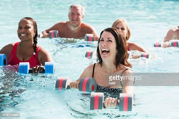 Classe di aerobica in acqua