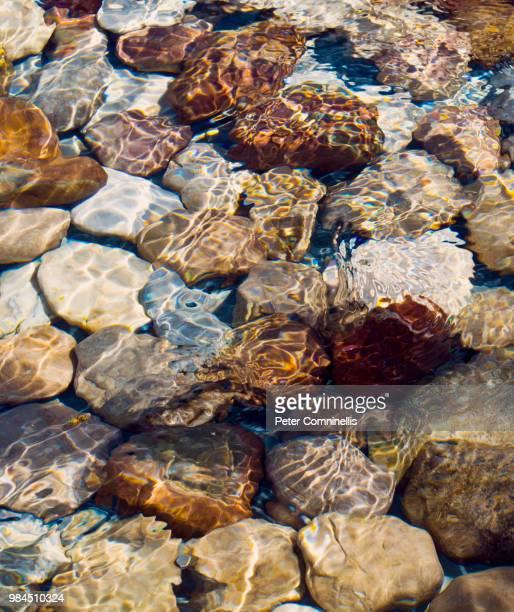 water and rocks - riachuelo fotografías e imágenes de stock