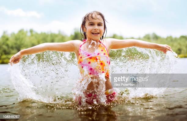 anjo de água. menina jogar no lago - angel hot imagens e fotografias de stock