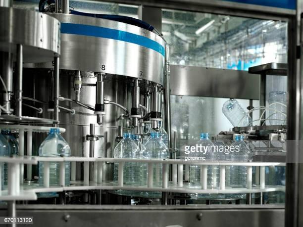 water bottling factory - machinerie stockfoto's en -beelden