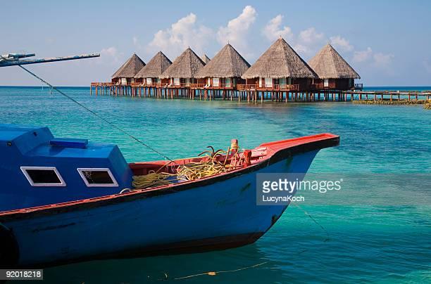 Wasserbungalows mit Fischerboot