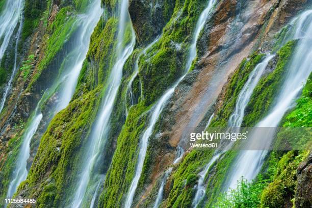 water cascades down the cliffs of the famous wimbachklamm, berchtesgaden national park, bavaria, germany - nationalpark stock-fotos und bilder