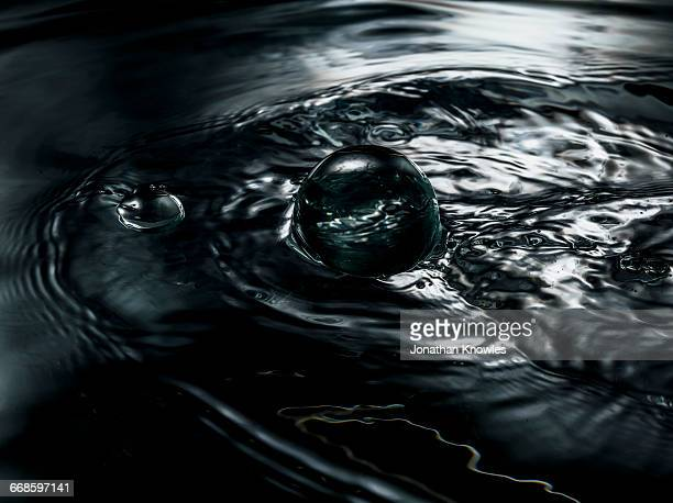 water close-up, ripples and bubbles, - innocence photos et images de collection