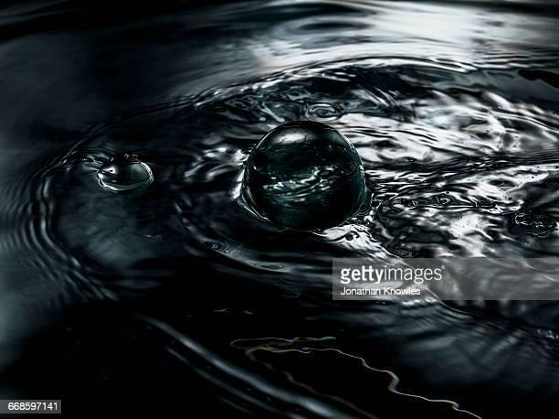 water close-up, ripples and bubbles, - pureté photos et images de collection