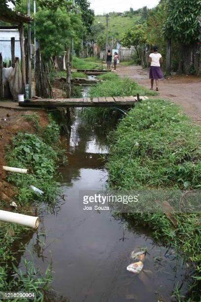 durch abwasser kontaminiertes wasser - kontaminierung stock-fotos und bilder
