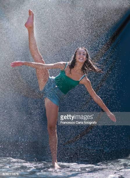 water dance - gambe accavallate foto e immagini stock