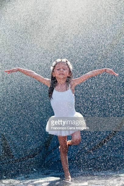 water dance - fille sous la douche photos et images de collection