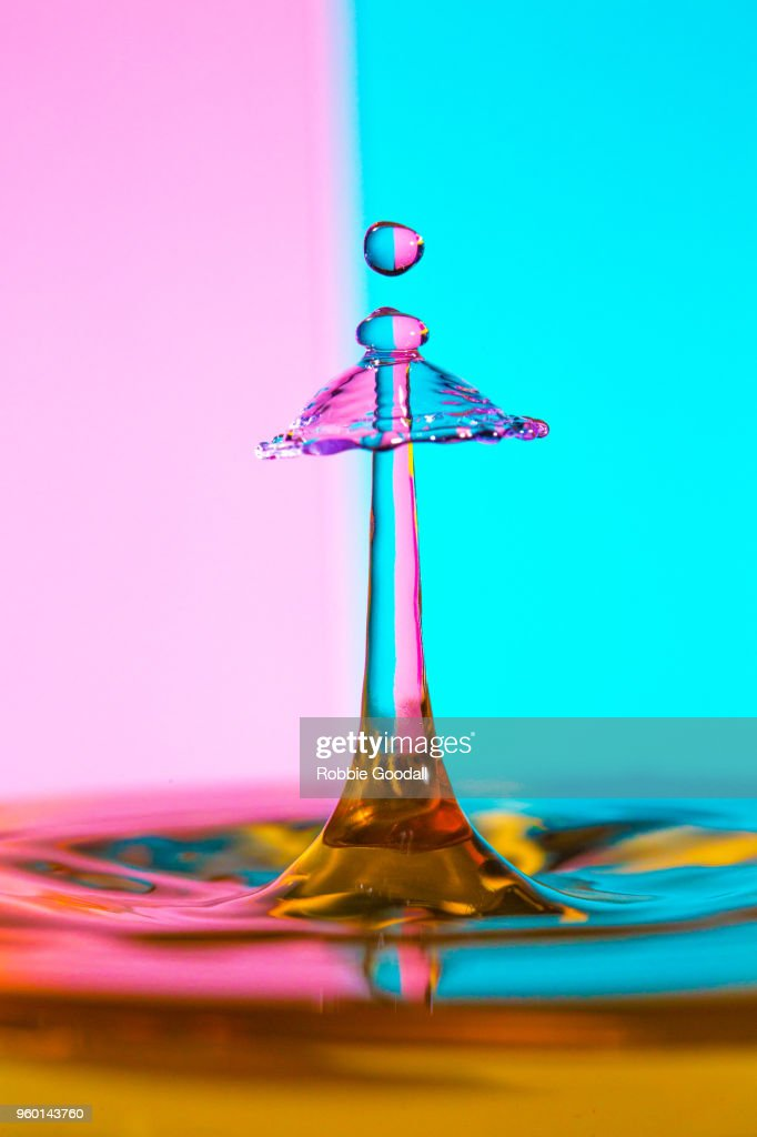 Water Drip on a pink and blue striped backdrop : Stock-Foto
