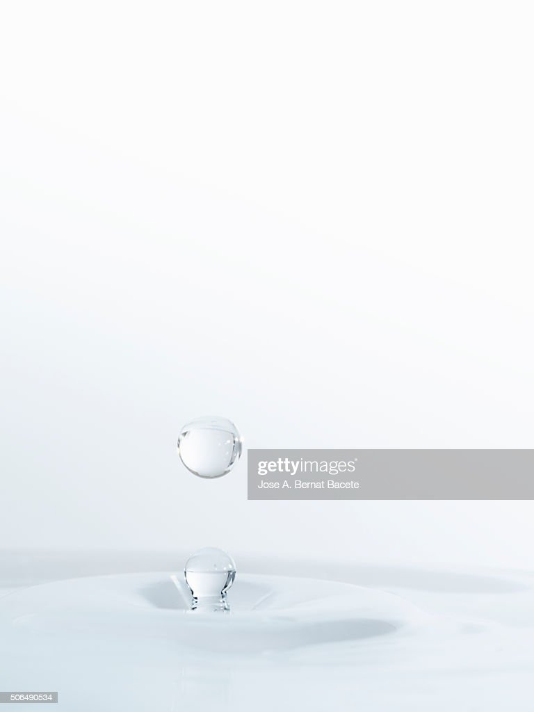 Water drop on having struck on a surface of transparent water : Stock-Foto