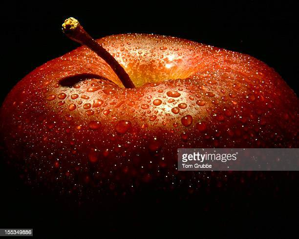 water drops on apple - tom grubbe stock pictures, royalty-free photos & images