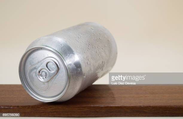 water drops on beer can - キャニスター ストックフォトと画像