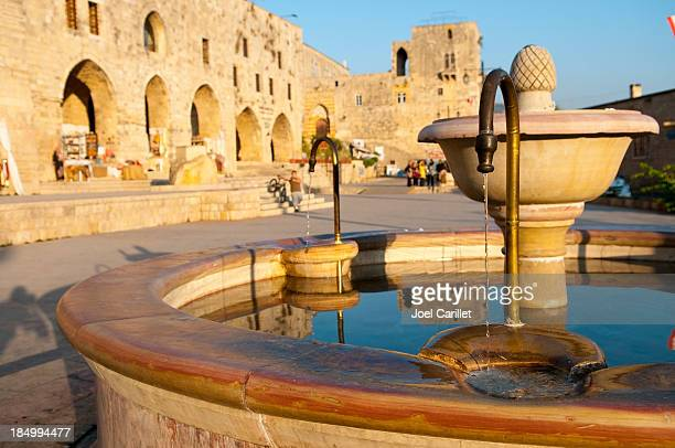 fuente de agua en deir al-qamar líbano - líbano fotografías e imágenes de stock