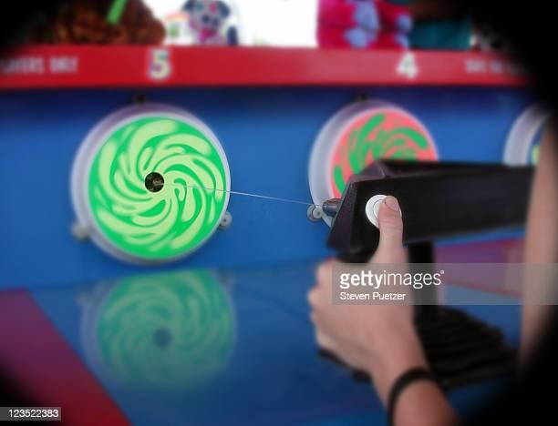 water gun game - squirt foto e immagini stock