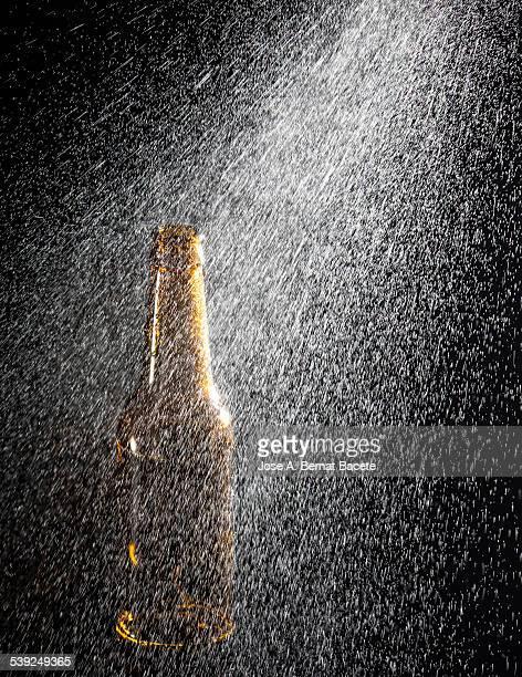 Water jet to pressure splashing on a bottle