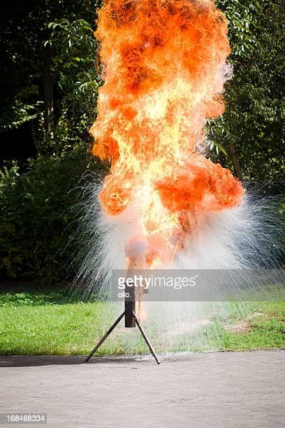 warmes wasser treffen auf die fettverbrennung-feuerwehrleute demonstration - ollo stock-fotos und bilder