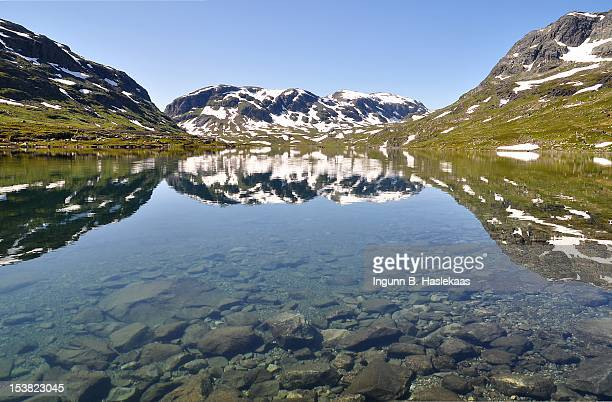 water reflection at haukeliseter - telemark stock pictures, royalty-free photos & images