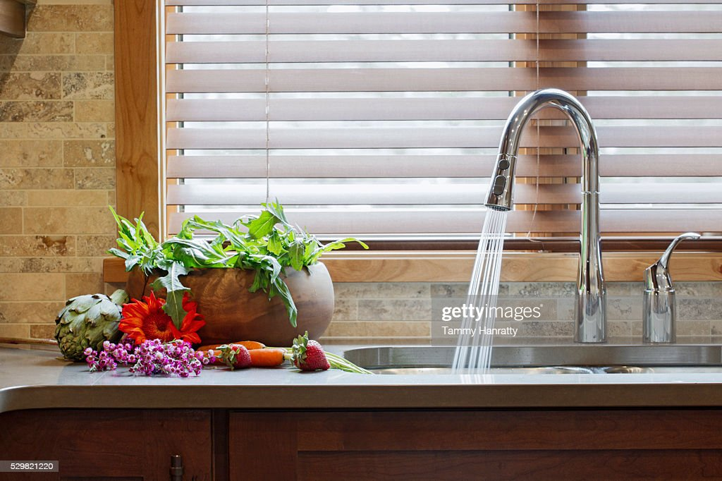 Water running to sink in domestic kitchen : Stock-Foto