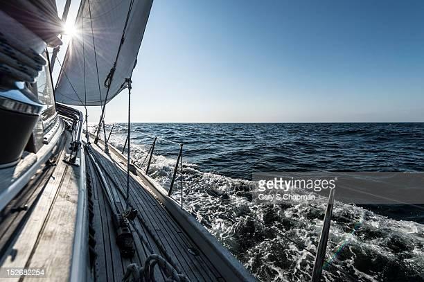 water rushing by heeling 62 ft sailboat - sailboat stock-fotos und bilder