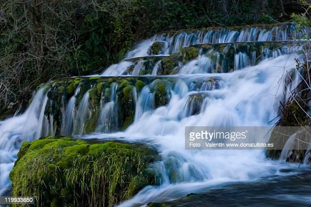 water silk cascade orbaneja del castillo - orbaneja del castillo photos et images de collection