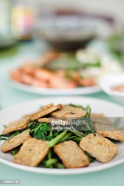 water spinach with tempeh - テンペ ストックフォトと画像