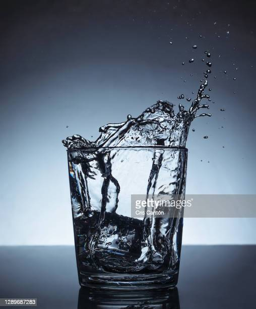 water splash in glass - cris cantón photography fotografías e imágenes de stock