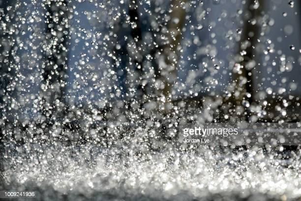 water splashes - riachuelo fotografías e imágenes de stock