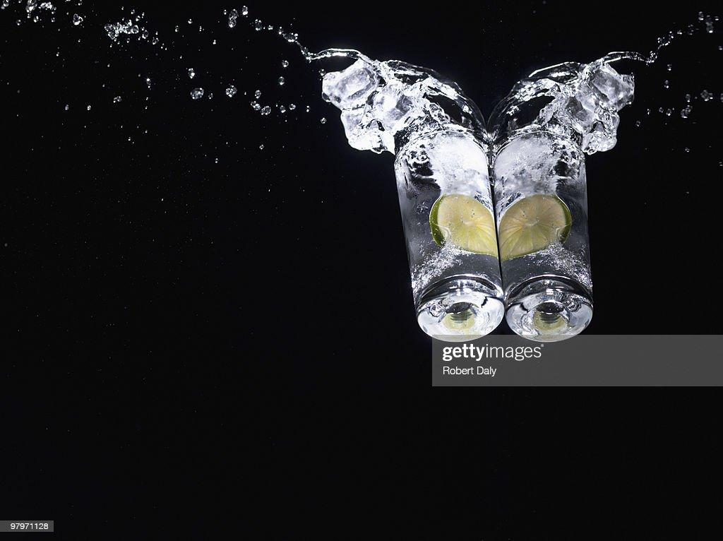 Wasser planschen von Gläsern mit Limetten : Stock-Foto