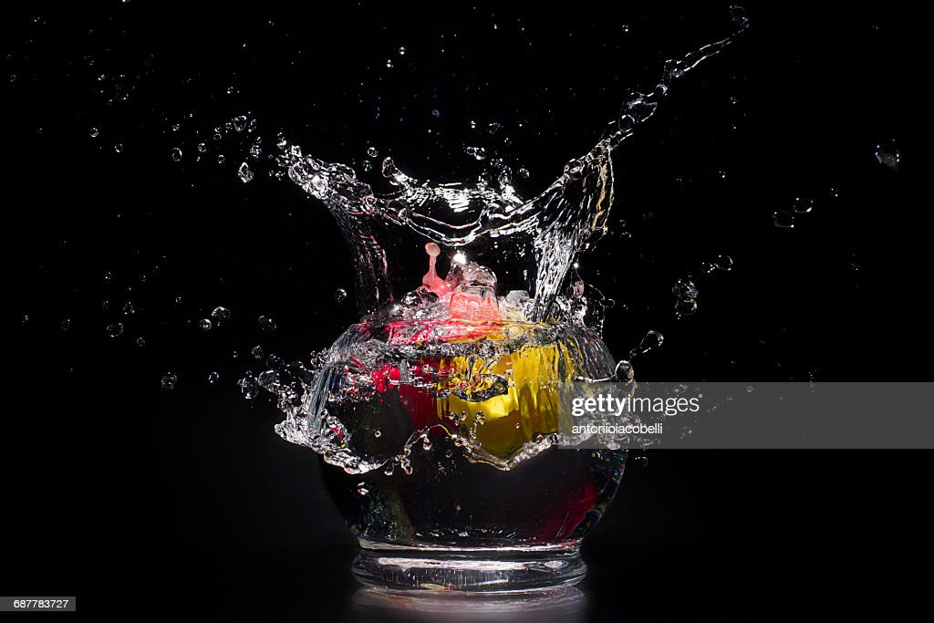 Water splashing in bowl of water : ストックフォト