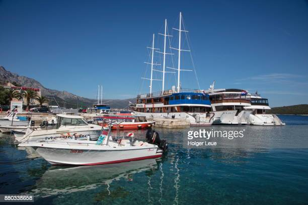 water taxi and cruise ships at pier, korcula, dubrovnik-neretva, croatia - schiffstaxi stock-fotos und bilder