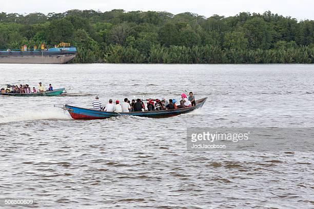 táxi aquático no kalimantan rio em bornéu, indonésia rr - barco de passageiros - fotografias e filmes do acervo