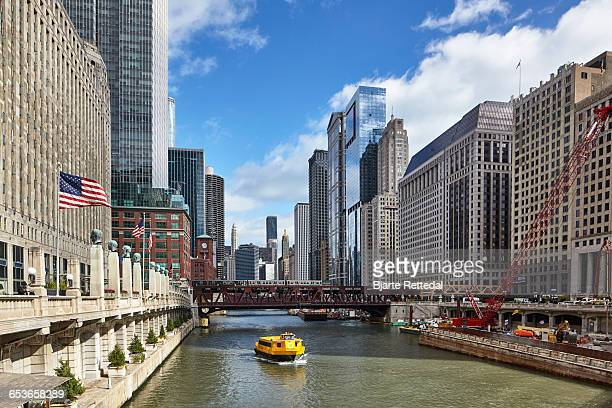 water taxi sailing up the chicago river - schiffstaxi stock-fotos und bilder
