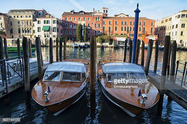water taxis tied to decks in grand canal,venice,italy - emreturanphoto bildbanksfoton och bilder