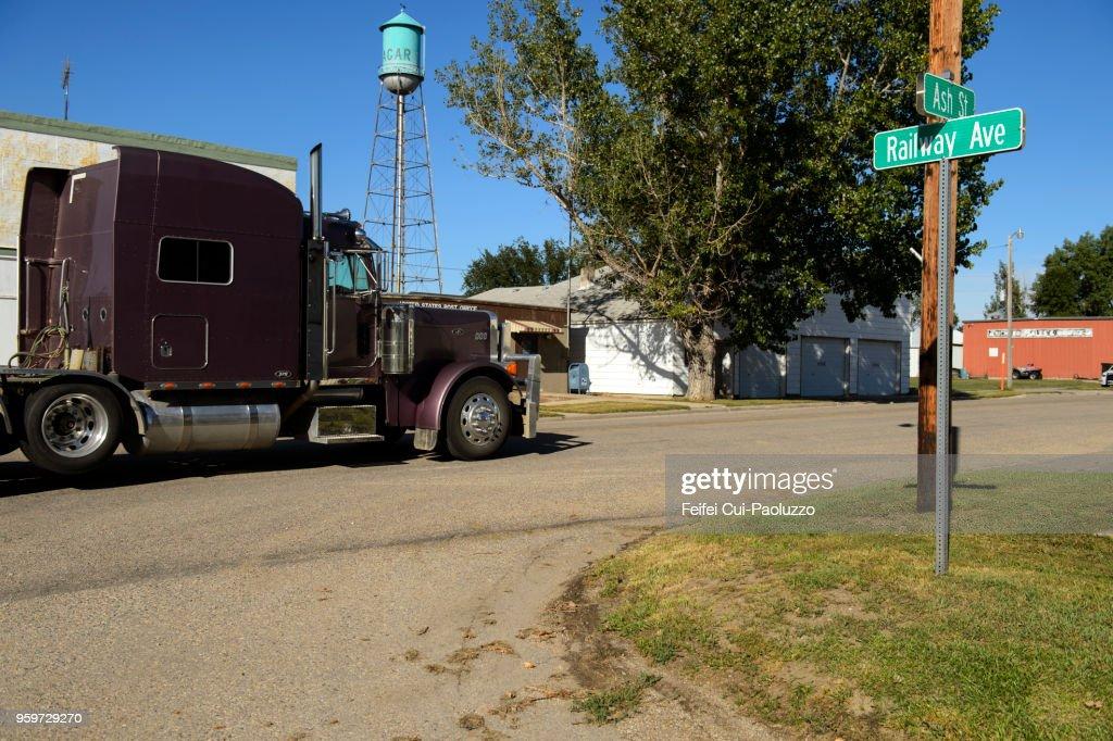 Water tower and truck at Agar, South Dakota, USA : Stock-Foto