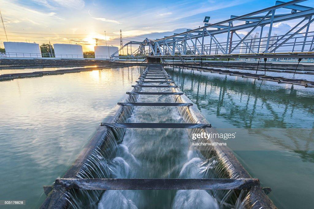 Estação de tratamento de água ao pôr do sol : Foto de stock