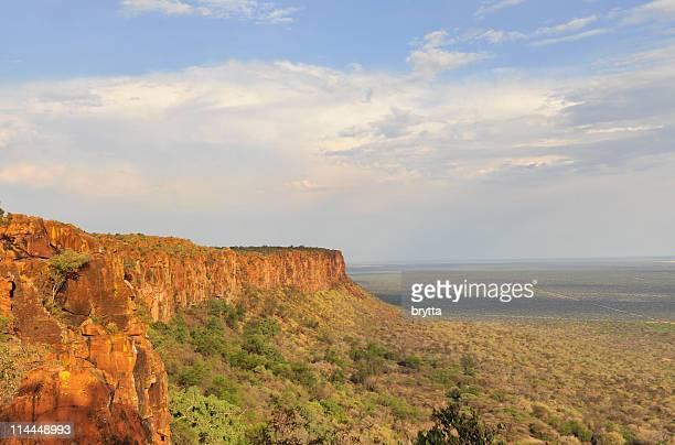 waterberg-plateau in namibia von der sonne beleuchtet - hochplateau stock-fotos und bilder