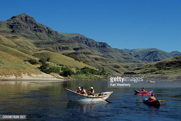 watercrafts on salmon river, idaho, usa - bateau à rames photos et images de collection