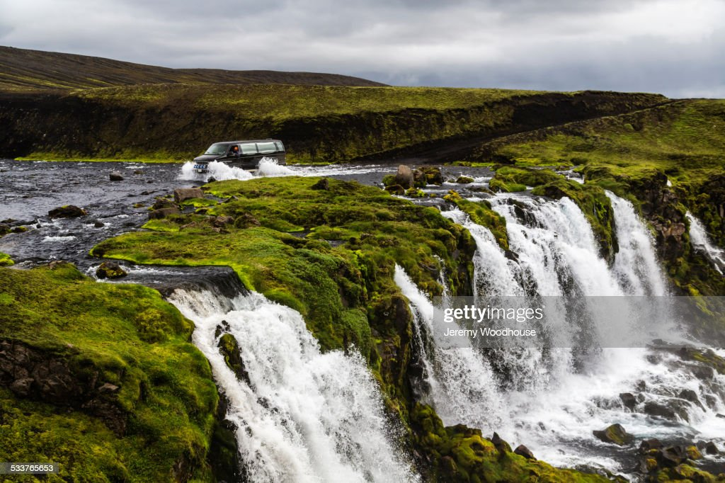 Waterfall flowing over rock formations in remote river : Foto stock