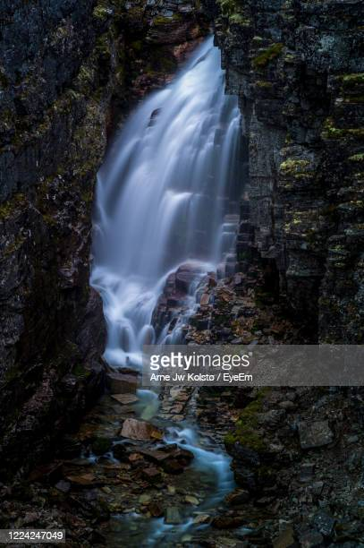 waterfall from a mountain cleft in rondane, norway - arne jw kolstø stock pictures, royalty-free photos & images