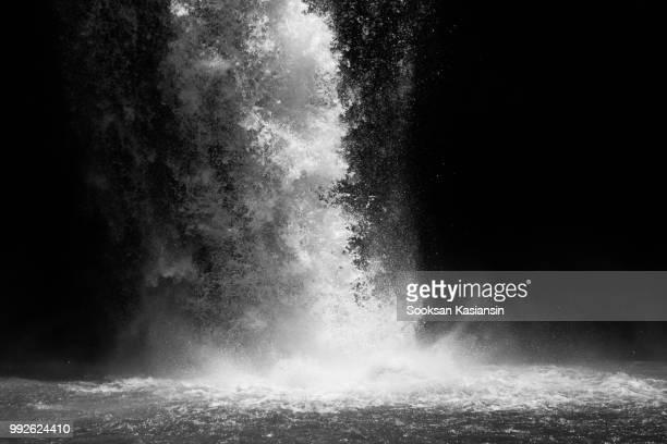 waterfall in black and white - agua descendente fotografías e imágenes de stock