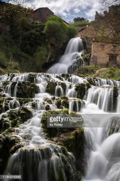 waterfall in orbaneja del castillo, burgos (spain) - orbaneja del castillo photos et images de collection
