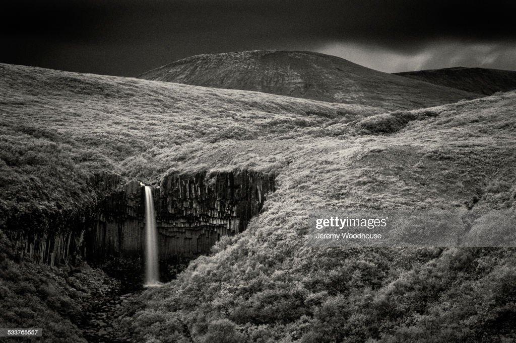 Waterfall in rolling hills in remote landscape : Foto stock
