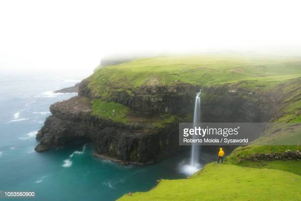 waterfall of mulafossur, gasadalur, faroe islands - islas faroe fotografías e imágenes de stock