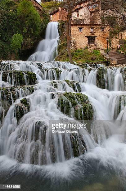 waterfall - orbaneja del castillo photos et images de collection