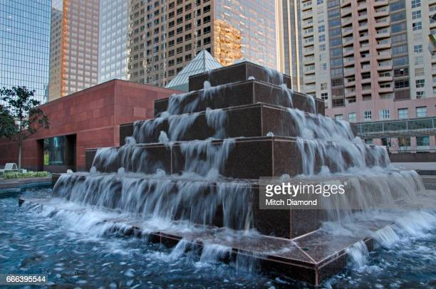 waterfall sculpture outside of moca on los angeles - 現代美術館 ストックフォトと画像